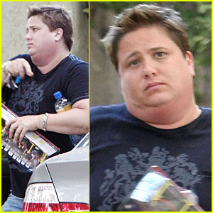 Chaz-bono-plays-with-paparazzi