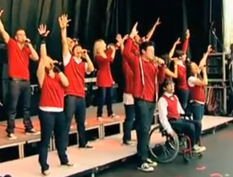 entire glee cast. GLEE CAST PERFORMS AT THE